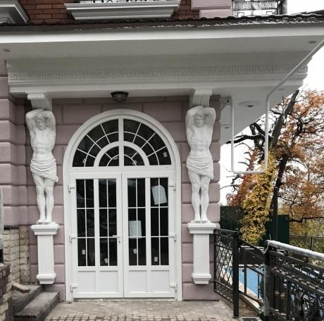 Атланты для фасадного декора дома
